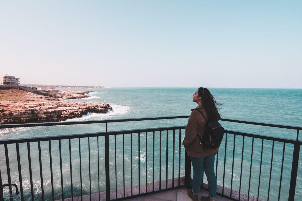 Eu având un moment cu marea în Polignano