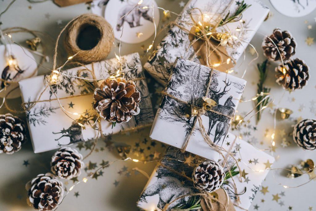 Idei de cadouri de Crăciun de la branduri românești: Susține afacerile locale și dăruiește ceva special!